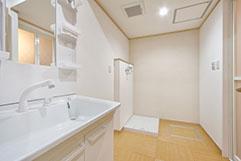 清潔感がある脱衣所。 洗面台も大きいので洗髪も可能です。
