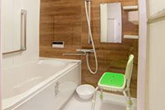 ナチュラルな木目調が優しい浴室。 浴室用椅子も完備で安心。