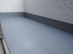 ベランダ防水トップコート再塗布。 防水層が劣化する前に処理が必要です。
